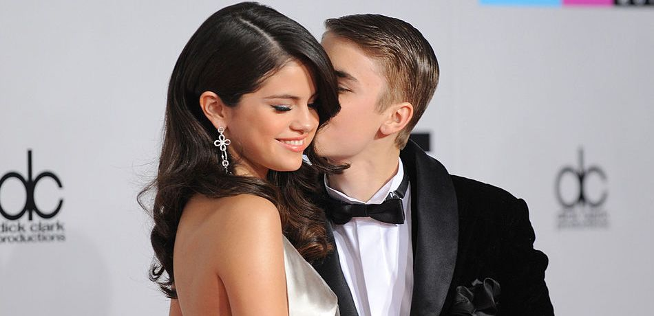 ingers Selena Gomez (L) and Justin Bieber arrive at the 2011 American Music Awards held at Nokia Theatre L.A. LIVE on November 20, 2011 in Los Angeles, California
