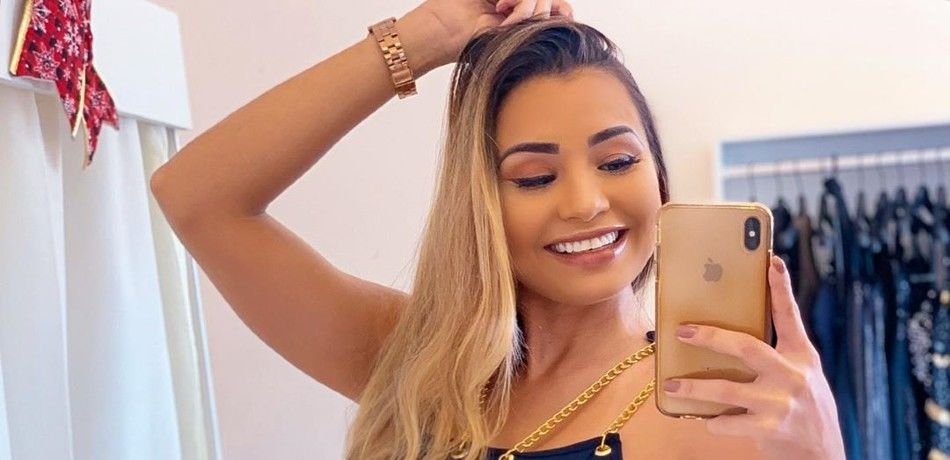 Bella Araujo shares a selfie with her fans on Instagram.