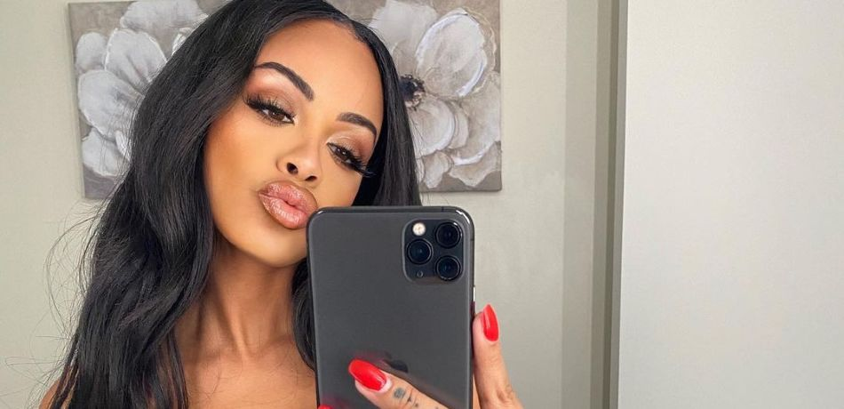 Analicia Chaves clicks a selfie.